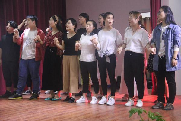 台上同学手牵手共同唱响周华健《朋友》.jpg