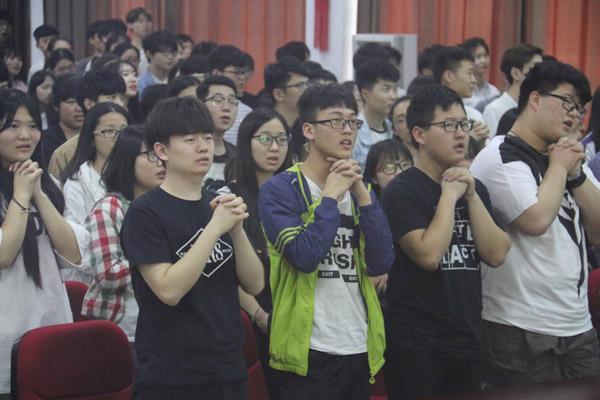 全体学生起立歌唱烛光里的妈妈2.jpg