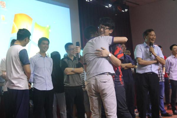 班主任和学生热情拥抱.jpg