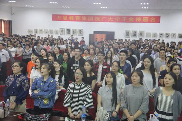 全体学生家长起立歌感恩的心.jpg