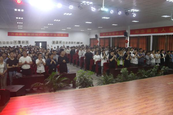 全体学生家长起立歌唱烛光里的妈妈1.jpg